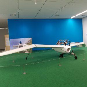 いざ、メーヴェの操縦体験へ! 三人三様の世界を楽しめる 「三人展」 佐賀県立美術館