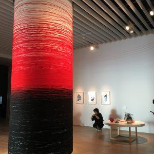 糸が導く生命の旅 「塩田千春展:魂がふるえる」(上)